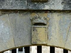 Château de Gageac - Blason martelé du portail, mur sud de l'enceinte du château de Gageac, Gageac-et-Rouillac, Dordogne, France.