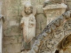 Eglise Saint-Pierre-et-Saint-Paul - Saint Pierre, détail des sculptures au-dessus du portail nord de l'église Saint-Pierre et Saint-Paul de Grand-Brassac, Dordogne, France.
