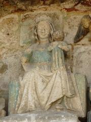 Eglise Saint-Pierre-et-Saint-Paul - La Vierge à l'enfant, détail des sculptures au-dessus du portail nord de l'église Saint-Pierre et Saint-Paul de Grand-Brassac, Dordogne, France.