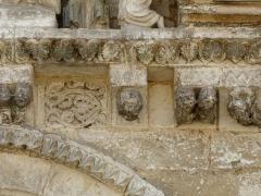 Eglise Saint-Pierre-et-Saint-Paul - Détail des sculptures au-dessus du portail nord de l'église Saint-Pierre et Saint-Paul de Grand-Brassac, Dordogne, France.