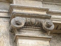 Château - Français:   Chapiteau de l\'un des pilastres encadrant l\'entrée, rue Gambetta, du château de Saint-Cyprien (Dordogne)