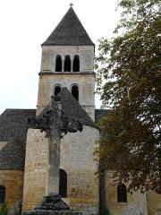 Eglise Saint-Léonce - Français:   Une croix devant le chevet de l\'église Saint-Léonce, Saint-Léon-sur-Vézère, Dordogne, France.