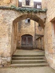 Chapelle des Pénitents Bleus ou chapelle Saint-Benoît - Français:   Accès à la chapelle des Pénitents Bleus depuis la cour des Chanoines (Sarlat, Dordogne)