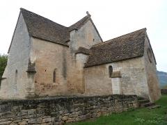 Eglise Saint-Urbain - Français:   Vue de l\'angle extérieur sud-est de l\'église Saint-Urbain, angle formé d\'une part par le chœur prolongeant la nef et d\'autre part par la chapelle sud (Vézac, Dordogne)