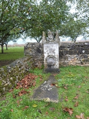 Eglise Saint-Urbain - Français:   Monument funéraire ancien se trouvant dans l\'enclos de l\'église Saint-Urbain (Vézac, Dordogne)
