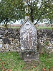 Eglise Saint-Urbain - Français:   Cippe dans l\'enclos de l\'église Saint-Urbain (Vézac, Dordogne)