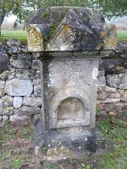 Eglise Saint-Urbain - Français:   Monument funéraire ancien dans l\'enclos de l\'église Saint-Urbain de Vézac (Dordogne)