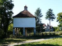 Domaine du Château de Bridoire - Français:   Le pigeonnier et le château de Bridoire, Ribagnac, Dordogne, France
