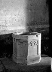 Eglise Saint-Martin - Deutsch: Taufbecken in der Kirche Saint-Martin in Jugazan