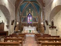 Eglise Saint-Pierre - Français:   Au centre, le chœur. A gauche, la statue de la Vierge Marie et à droite, celle de Saint Antoine de Padoue. L\'église était fleurie et les lumières allumées, ce qui permet de la voir sous un autre angle.