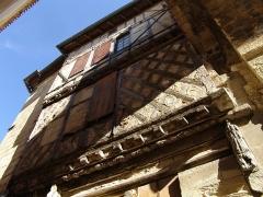 Porte, dite de la Cadène, et maison à pans de bois attenante - Français:   Vue de Saint-Émilion.