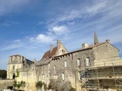 Remparts -  Saint-Émilion (Gironde, France), rue des Écoles & place Pierre-Meyrat, maison médiévale remanièe au XVIIIe siècle.