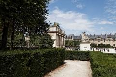 Parcelles contenant dix-sept tertres funéraires -  Le palais du Louvre à Paris.