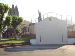 Eglise - English:   Gotein (Gotein-Libarrenx, Pyr-Atl, Fr) Pelota court nearby the church