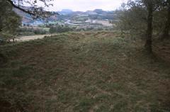 Redoute de Bortuste - Euskara: Bortusteko gotorlekua. Barrutiaren hego izkina, kanoitegi goratuarekin; Lapurdiko sarbideak, H-tik