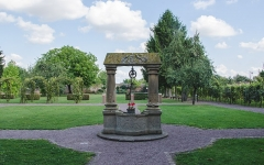 Puits -  Au centre de l'abbaye communale, un puits datant de 1600 en harmonie avec ses jardins environnants. Il survint à bien des malheurs puisque cette abbaye à été ravagé plus d'une fois dans les deux siècles suivants.