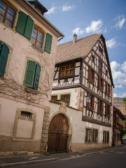 Maison -  Une partie de la famille d'Andlau dut construire au XVIe siècle un nouveau logis (du fait que leur château, le Niederandlau, était devenu trop vétuste). Il construisirent donc deux demeures dont voici la première.