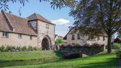 Anciens remparts (tour de fortifications) - English: Cette petite ville à proximité de la sous-préfecture de Molsheim a un charme assuré. En effet, la ville historique est entouré d'une muraille et a gardé un grand nombre d'éléments d'ancien régime comme ici sa porte de la Bruche.