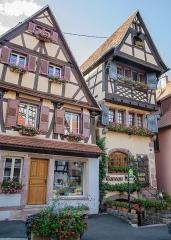 Maison -  Le prix de l'immobilier n'est pas qu'un mal moderne. Déjà au XVIIe siècle, il était fort difficile de construire dans le centre-ville (à l'intérieur des remparts à l'époque). Le commanditaire de cette maison ne n'est pas dégonflé pour autant, il usa d'encorbellements et de d'étages pour se satisfaire de son investissement.