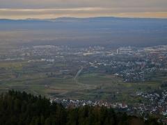 Sommet et musée du Donon - Deutsch: Blick vom Hohen Horn (545 m) über Offenburg zu den Vogesen. In der Ferne der Donon.