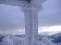 Sommet et musée du Donon -  Effets des vents glacés sur la pierre du temple