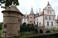Château -  Alsace, Bas-Rhin, Osthoffen, Château (XVIe-XIXe) (PA00084877, IA67005654): pignon Renaissance, tourelle d'escalier, donjon (XIXe), douves.