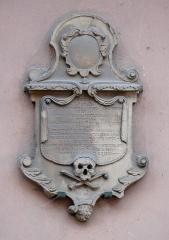 Eglise protestante Saint-Pierre-le-Vieux - Alsace, Bas-Rhin, Église Saint-Pierre-le-Vieux de Strasbourg (PA00085031). Pierre tombale ou épitaphe (XVIIIe), encastrée dans la façade.