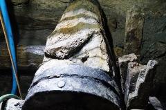 Puits de la mine Haus Österreich - Français:   Support de rotation du balancier de la mine Haus Österreich (puits Mathis). Photographie prise lors de la sortie annuelle de la Fédération du patrimoine minier où l\'orifice du puits a été exceptionnellement dénoyé pour la journée, 25 ans après sa remise en eau.