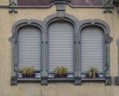 Immeuble, actuellement service de l'enfance inadaptée - English: Window of the building at 4 rue des Artisans in Colmar, Haut-Rhin, France