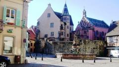 Fontaine datée de 1557 située devant l'Ecole des Filles - Français:   Fontaine Saint-Léon à Eguisheim