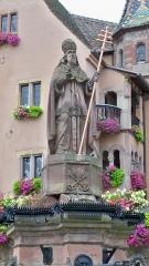 Fontaine datée de 1557 située devant l'Ecole des Filles - Français:   Statut de Léon IX à Eguisheim (68)