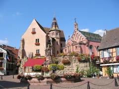 Fontaine datée de 1557 située devant l'Ecole des Filles - Français:   Place du château, Eguisheim, Alsace
