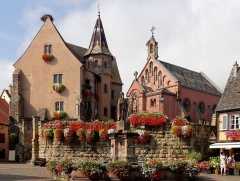 Fontaine datée de 1557 située devant l'Ecole des Filles - Deutsch:   Egisheim, Elsass, Schloss und Kapelle St. Leo IX.