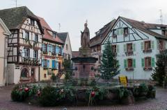 Fontaine datée de 1557 située devant l'Ecole des Filles -  Eguisheim, Alsace