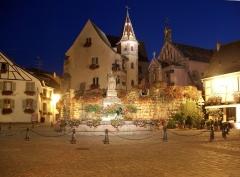 Fontaine datée de 1557 située devant l'Ecole des Filles - Français:   Place du château à Eguisheim dans le Haut-Rhin
