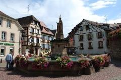 Fontaine datée de 1557 située devant l'Ecole des Filles - Español:   Fuente de Eguisheim