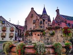 Fontaine datée de 1557 située devant l'Ecole des Filles - Français:   La place du Château Saint-Léon à Eguisheim