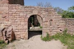 Ruines des châteaux de Weckmund et de Wahlenbourg - Français:   Entrée du château de Wahlenbourg à Husseren-les-Châteaux (Haut-Rhin, France).