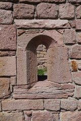 Ruines des châteaux de Weckmund et de Wahlenbourg - Français:   Fenêtre du château de Wahlenbourg à Husseren-les-Châteaux (Haut-Rhin, France).