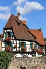 Tour dite des Sorcières dans le jardin de l'Hôtel Chambord - Deutsch: Fachwerkgebäude mit Spitzgiebel. Gesehen in Kaysersberg im Département Haut-Rhin (Elsass).