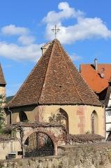 Tour dite des Sorcières dans le jardin de l'Hôtel Chambord - Deutsch: Notre-Dame du Scapulaire in Kaysersberg. Die spätgotische Kapelle wurde 1391 errichtet. Auf der Giebelseite befindet sich ein Dachreiter mit Glocke. Kaysersberg ist eine Stadt im französischen Departement Haut-Rhin.