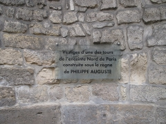 Enceinte de Philippe-Auguste - English: Plaque on the remainings of a tower of the wall of Philippe Augustus: 11 rue du Louvre, Paris 1st arr.