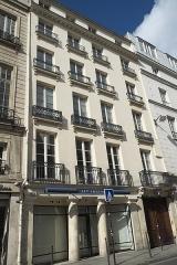 Boutique - Deutsch: 67 rue de Turenne im 3. Arrondissement in Paris (Île-de-France/Frankreich), skulptierte Ochsenköpfe und Fleischerhaken über der Tür