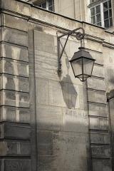 Ancien couvent de la Merci - Deutsch: Ehemaliges Kloster der Mercedarier (Couvent de la Merci), 45 rue des Archives, im 3. Arrondissement in Paris (Île-de-France/Frankreich), Straßenlaterne