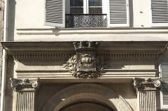 Fontaine publique dite de Joyeuse - Deutsch: Fontaine de Joyeuse, 41 rue de Turenne, im 3. Arrondissement in Paris (Île-de-France/Frankreich), Stadtwappen von Paris