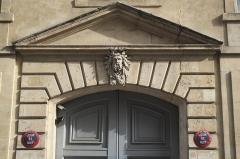 Immeuble, ancien hôtel de Bondeville - Deutsch: Hôtel de Bondeville, 4 rue des Haudriettes, im 3. Arrondissement in Paris (Île-de-France/Frankreich), Maskaron über dem Portal