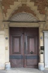 Ancien hôtel du Cardinal de Richelieu - Deutsch: Hôtel du Cardinal de Richelieu, 21 Place des Vosges, im 3. Arrondissement in Paris (Île-de-France/Frankreich), Tür