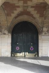 Hôtel de Tresmes  , dit aussi hôtel de Gourgues - Deutsch: Hôtel de Tresmes, 26 Place des Vosges, im 4. Arrondissement in Paris (Île-de-France/Frankreich), Tür