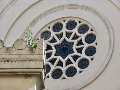 Synagogue - Français:   Vitrail du bâtiment principal de la Synagogue Nazareth, derrière le créneau de sa façade.