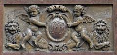 Hôtel des Ambassadeurs de Hollande - Rue Vielle du Temple (n°47: hôtel Amelot de Bisseuil, panneau gauche)  Cartouche au monogramme de Jean-Baptiste Amelot de Bisseuil, par Thomas Regnaudin (Français, 1622-1706). Bois sculpté, vers 1660, décoration des vantaux de la porte de l'hôtel Amelot de Bisseuil, 47 rue Vieille-du-Temple - Paris IV
